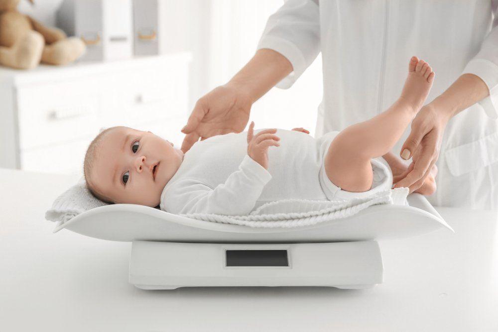 Theo dõi biểu đồ tăng trưởng của trẻ hàng tháng để nắm bắt tình hình phát triển của con